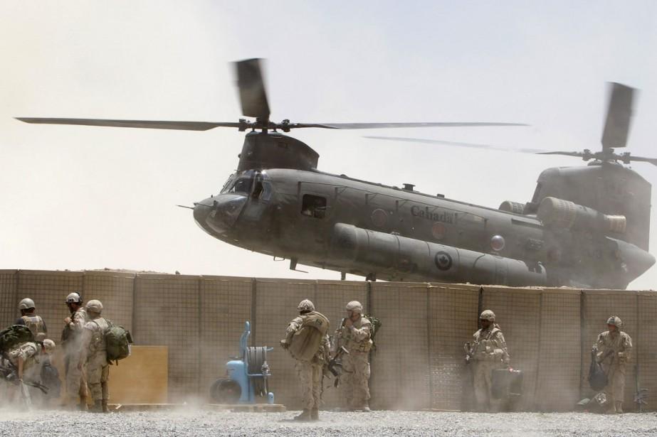 Des soldants canadiens attendent leur évacuation du village... (Photo: Reuters)
