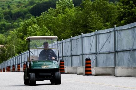 Un employé roule aux abords de la clôture... (Photo: PC)