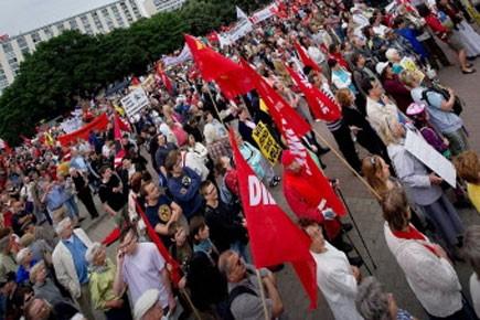 Des milliers de manifestants ont défilé samedi en Allemagne pour... (Photo: AFP)