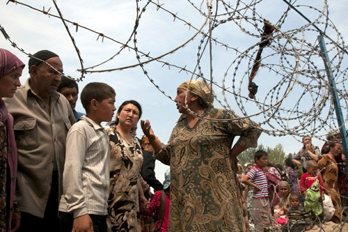 Des réfugiés attendent à la frontière entre le... (Photo: AP)