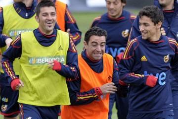 Xavi s'amuse avec David Villa et Jesus Navas... (Photo: AFP)