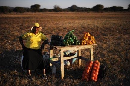 Une femme vendant des fruits et des légumes... (Photo: AFP)