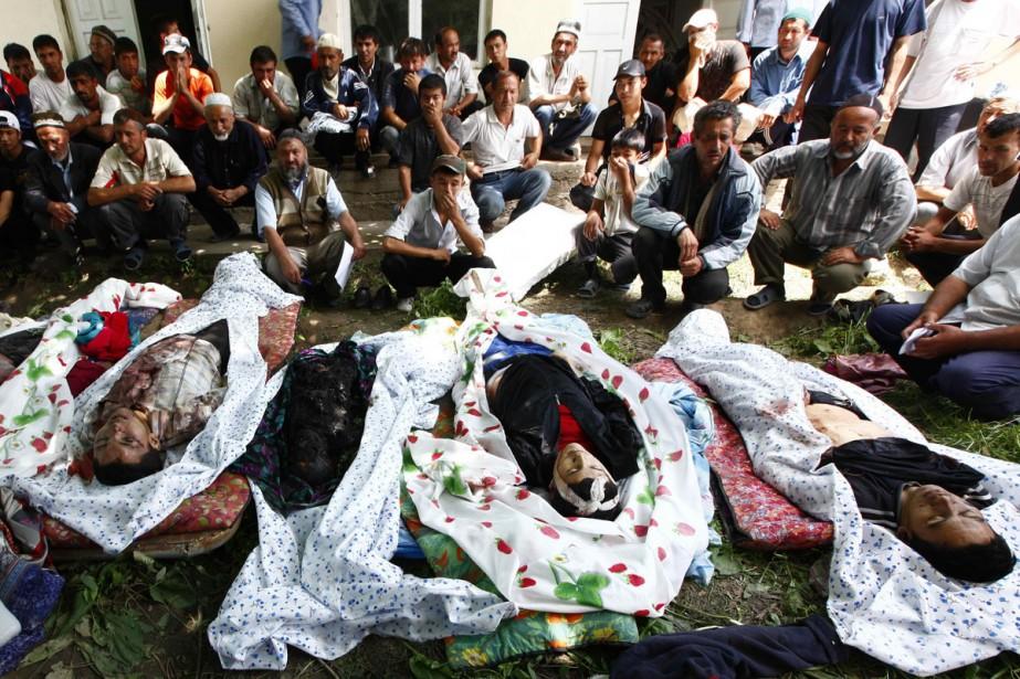 Des citoyens kirghizes d'origine ouzbèke sont assis devant... (Photo: AFP)