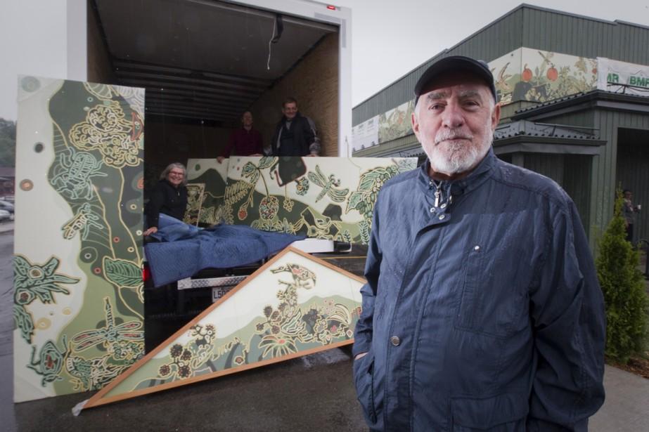 L'artiste René Derouin pose fièrement devant quelques panneaux... (Photo: André Pichette, La Presse)
