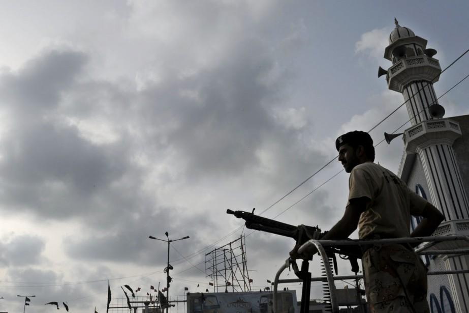 Un policier pakistanais monte la garde à Karachi,... (Photo: AFP)