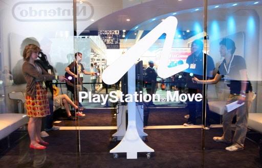 Des joueurs essaient la nouvelle console de Sony,... (Photo: Valérie Macon, AFP)