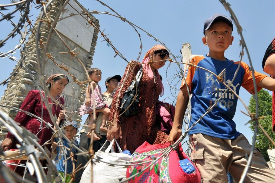 Des Ouzbeks reviennent dans leur village du Kirghizistan.... (Photo: AFP)