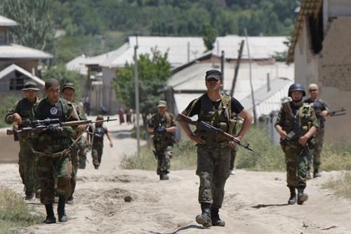 Des soldats patrouillent dans un village situé près... (Photo: AP)