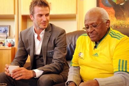 Desmond Tutu, en compagnie de la vedette britannique... (Photo: AFP)