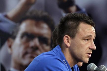 John Terry assis près d'une photo de Fabio... (Photo: AP)