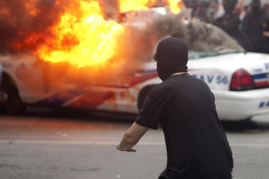 Des individus vêtus de noir ont incendié au... (Photo: AFP)