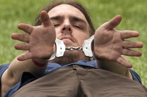 Un manifestant montre ses menottes après avoir été... (Photo:PC)