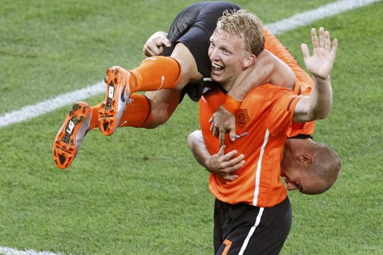 Dirk Kuyt a transporté Wesley Sneijder sur ses... (Photo: Reuters)