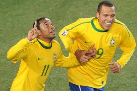 Robinho a célébré avec son coéquipier Luis Fabiano... (Photo: AFP)