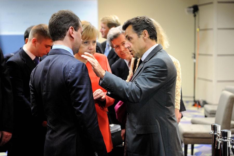 Le président français Nicolas Sarkozy discute avec le... (Photo: AFP)