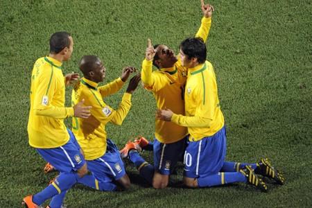 Les Brésiliens ont fêté à genoux après le... (Photo: AFP)
