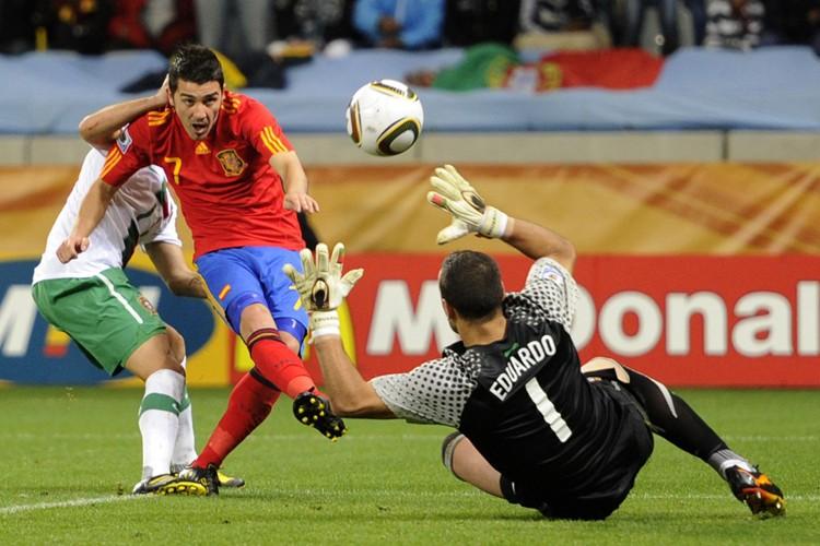 David Villa a déjoué le gardien portugais Eduardo... (Photo: AP)