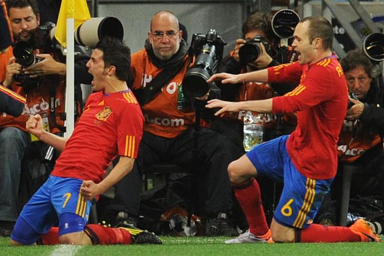 David Villa a célébré avec Andres Iniesta après... (Photo: AFP)