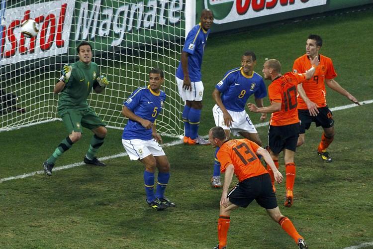 Wesley Sneijder marque face au Brésil lors du... (Photo: Reuters)