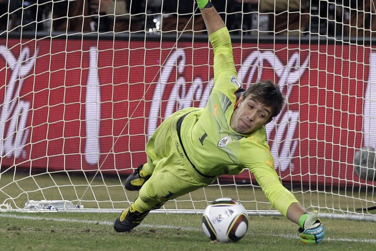 Le jeune gardien de l'Uruguay,Fernando Muslera,  a... (Photo: AP)