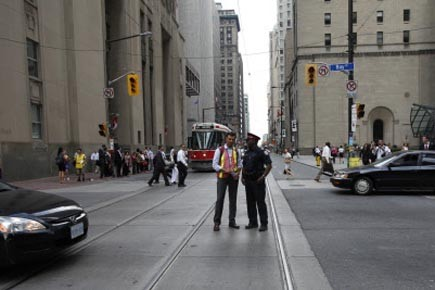 Un policier torontois dirige le trafic pendant que... (Photo: Peter Jones, Reuters)