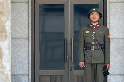 Un soldat nord-coréen au garde-à-vous près de la... (Photo: AFP)