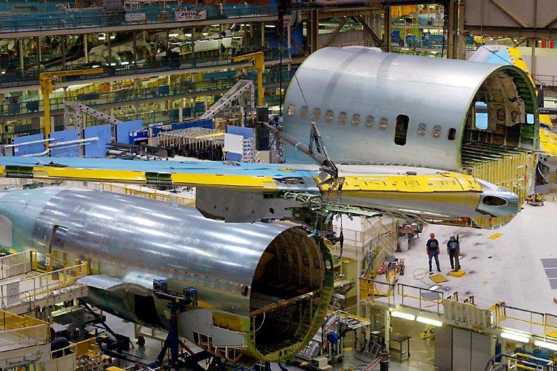 Un boeing 767 est assemblé dans une usine... (Photo AP)