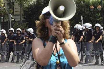 Une manifestante lors d'une grève du secteur public... (Photo Reuters)