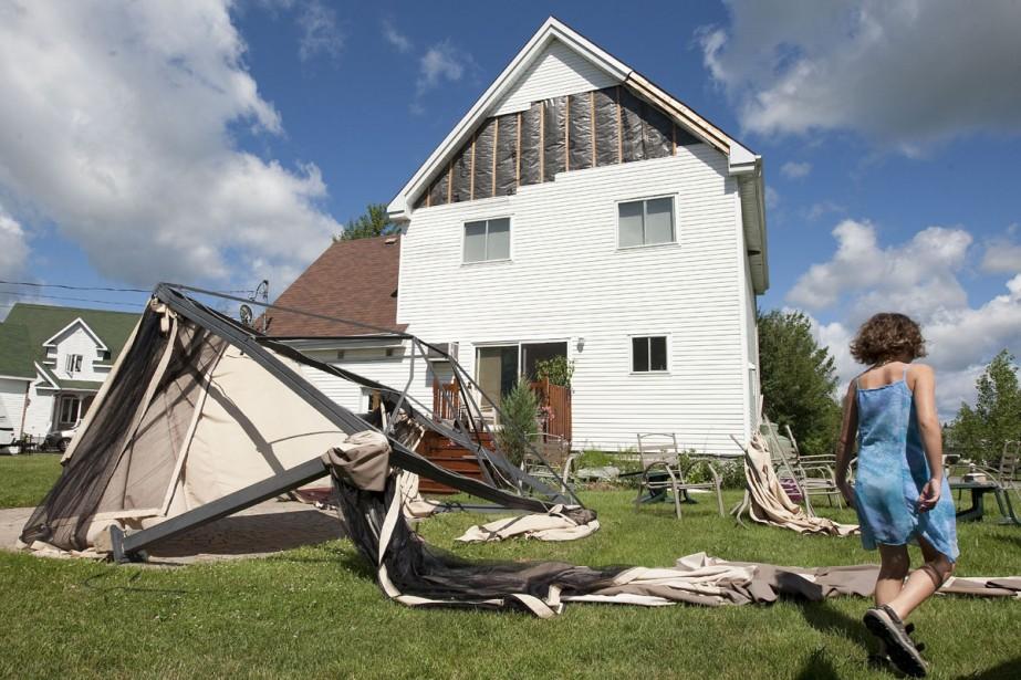Une minitornade  a fait des dommages à... (Photo: Robert Skinner, La Presse)