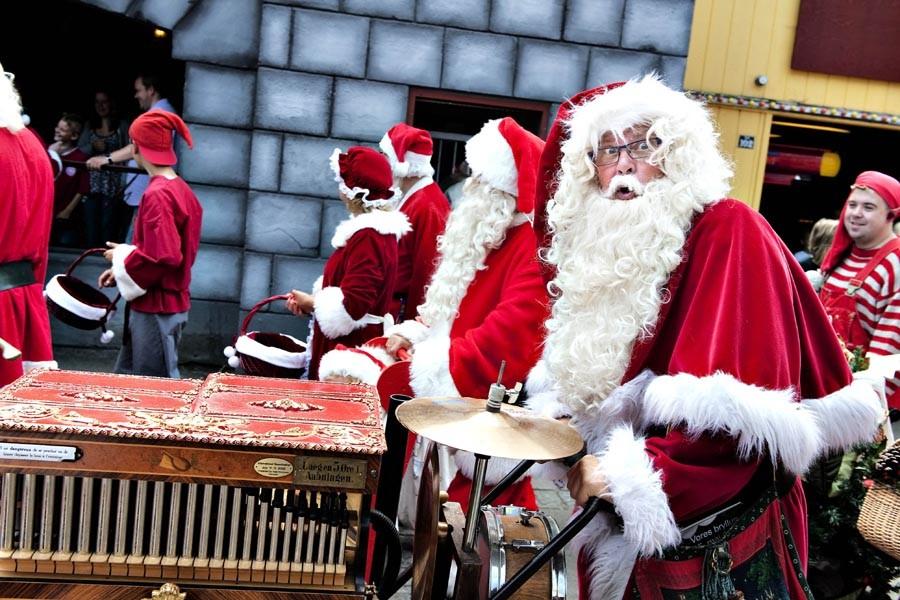 Des pères Noël de partout dans le monde... (Photo: AFP)