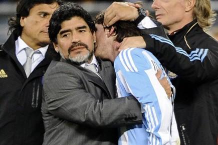 Diego Maradona console son joueur vedette Lionel Messi... (Photo: Reuters)