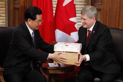 Le président Hu Jintao offre du thé à... (Photo Reuters)