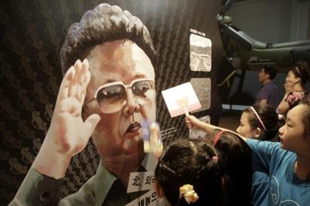 Des écolières sud-coréennes regardent une affiche à l'effigie... (Photo: Ahn Young-joon, AP)