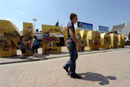 Un Kosovar albanais marche devant le monument New... (Photo: Armend Nimani, AFP)