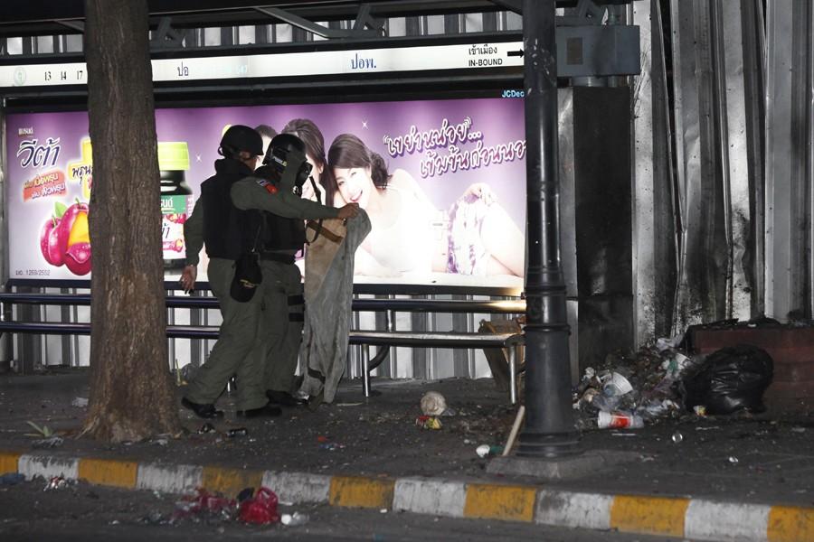 Des experts examinent le lieu de l'explosion, à... (Photo: Reuters)