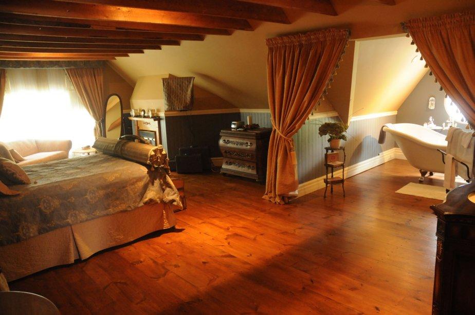 Le tour du propriétaire nous fait découvrir des chambres aux couleurs chaudes et réconfortantes. | 22 février 2011