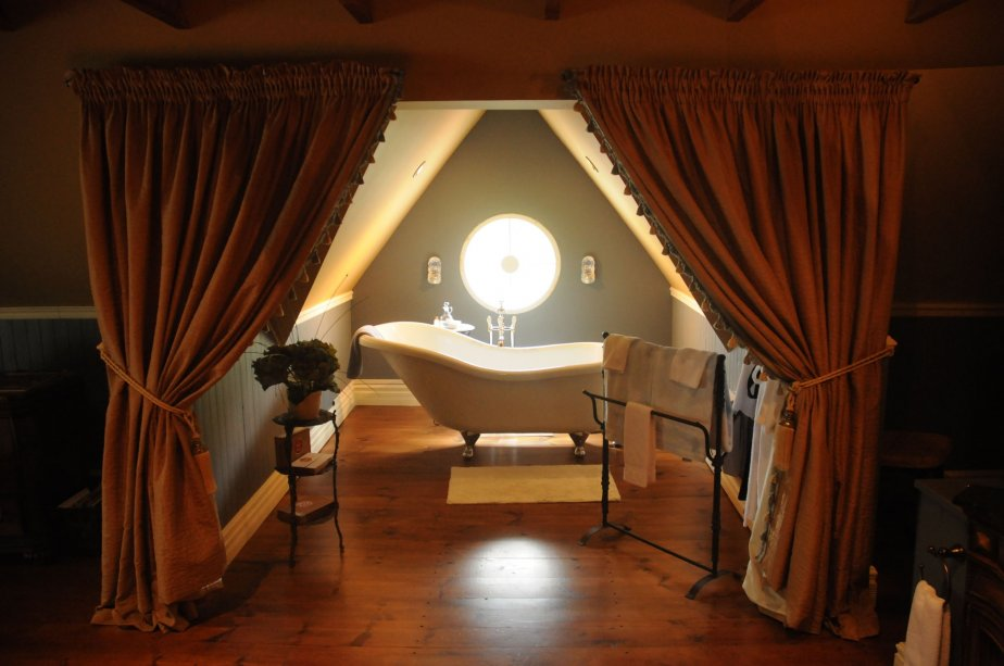 Dans la grande chambre tout juste en haut des escaliers, le bain de porcelaine original est toujours en place. Il donne un cachet exceptionnel à la grande pièce. | 22 février 2011