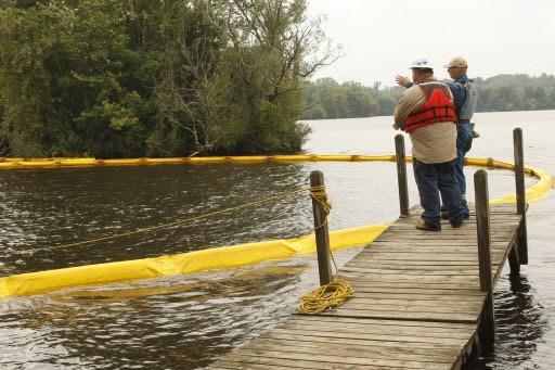 Des employés d'Enbridge tentent de contenir la fuite... (Photo Associated Press)