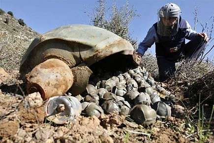 Les bombes à sous-munitions sont larguées par voie... (Photo: archives AP)