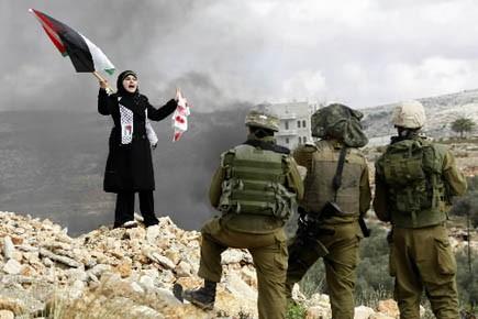 Une Palestinienne proteste contre l'offensive de Gaza, en... (Photo Reuters)