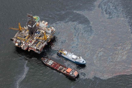 Plateforme pétrolière entourée d'une nappe de pétrole sur... (Photo Dave Martin, AP)