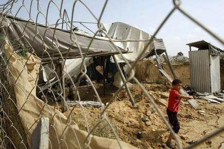 Un jeune Palestinien ramasse du bois provenant d'un... (Photo Reuters)