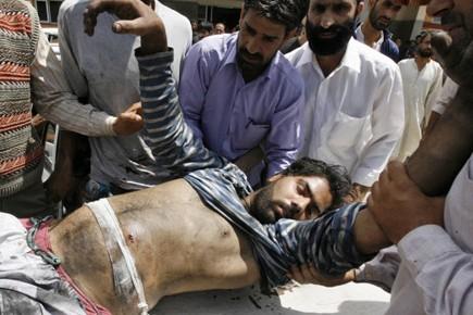 Un blessé est secouru après que les forces... (Photo Reuters)