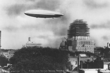 Le R-100 au-dessus de l'édifice de la Sun Life... (Archives La Presse)