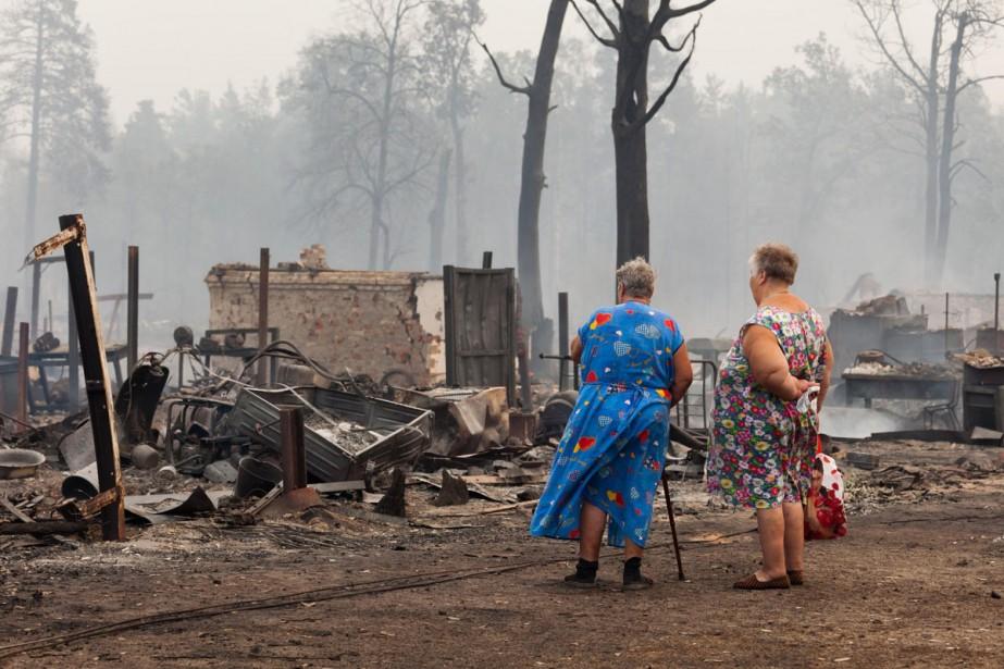 Deux résidentes de Mokhovoe regardent les ruines de... (Photo: AP)