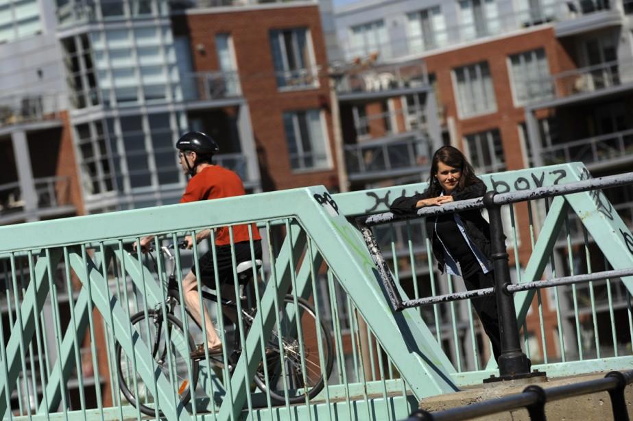 Michelle Beaudoin pose sur le pont enjambant le... (Photo: Bernard Brault, La Presse)