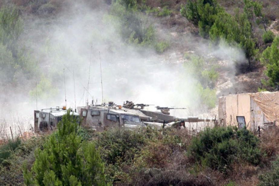 Une épaisse fumée s'élève d'un véhicule militaire attaqué... (Photo: AFP)