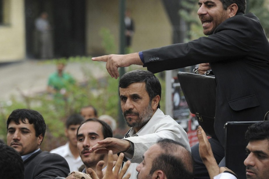 Mahmoud Ahmadinejad est arrivé entouré de gardes du... (Photo: AP)