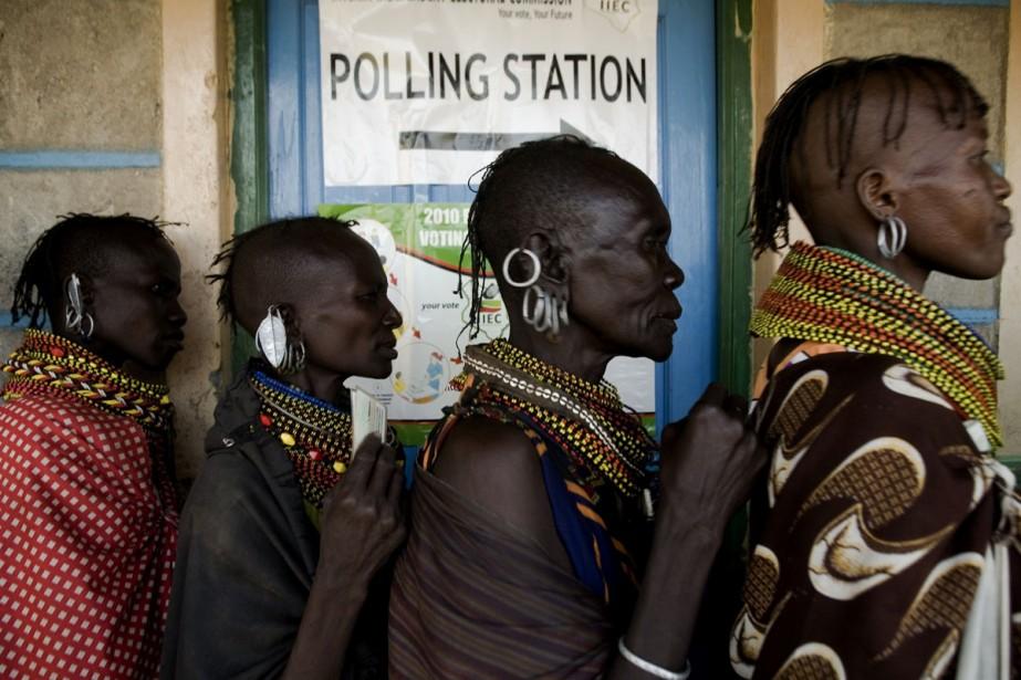 Des femmes appartenant à la tribu Turkana attendent... (Photo: AFP)