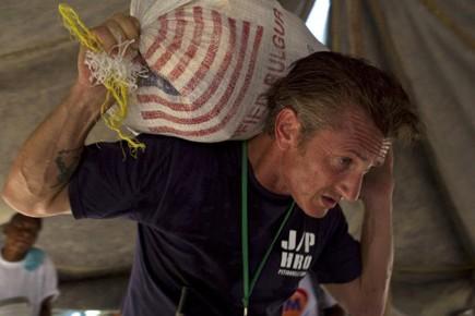 Sean Penn, très impliqué dans l'aide à Haïti,... (Photo: AP)